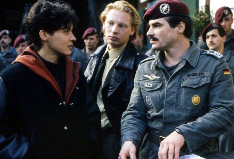 (Erstsendung 13.10.1991 im Ersten) v.li. Lena Odenthal (Ulrike Folkerst), Stefan Tries (Ben Becker) und Mundstein von der Bundeswehr (Hans-Georg Panczak). – Bild: SWR/Johannes Hollmann