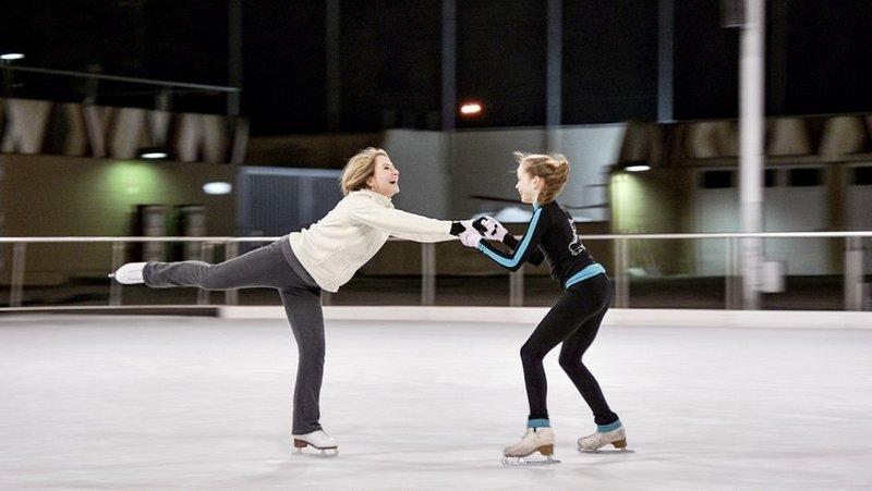Annebärbel (Ulrike Krumbiegel, li.) und Jolina (Maria Rogozina, re.) helfen sich gegenseitig – ihre Leidenschaft für das Eiskunstlaufen verbindet die beiden Frauen. – Bild: ART