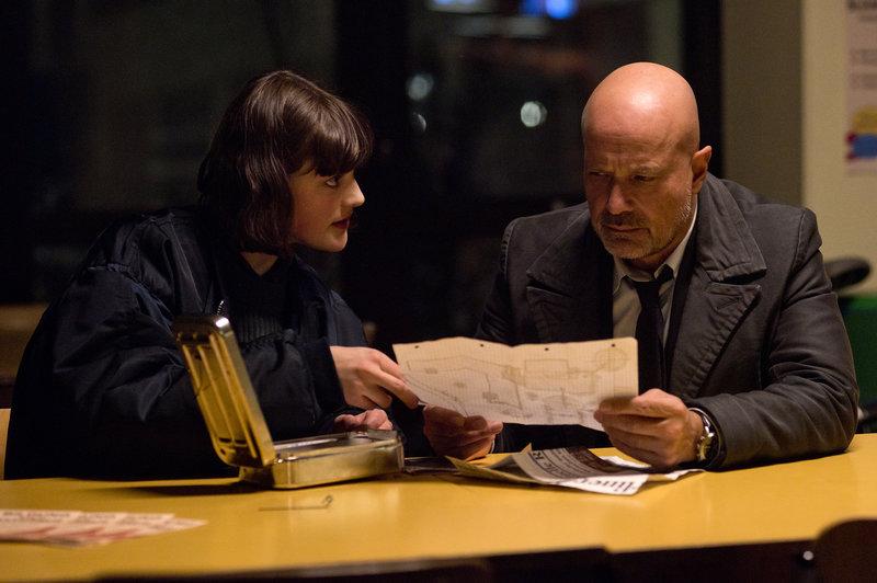 Verena (Johanna Polley) und Schumann (Christian Berkel) finden Skizzen und Notizen, die deutlich auf die Planung eines Amoklaufs hinweisen. – Bild: ZDF und Oliver Feist