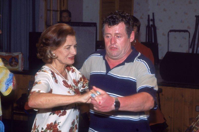 Um die Leiterin der Square Dance Gruppe, Frau Malwin (Brigitte Antonius), milde zu stimmen, beschließt Benno (Willi Thomczyk) in der Gruppe mitzutanzen. Eine Qual für Benno... – Bild: RTLplus