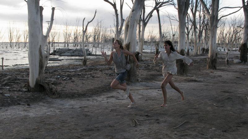 In einem unbeobachteten Momenten gelingt Stephanie (Amber Heard, l.) und Freundin Ellie (Odette Yustman, r.) die Flucht. – Bild: ZDF und Gabriel Beristain