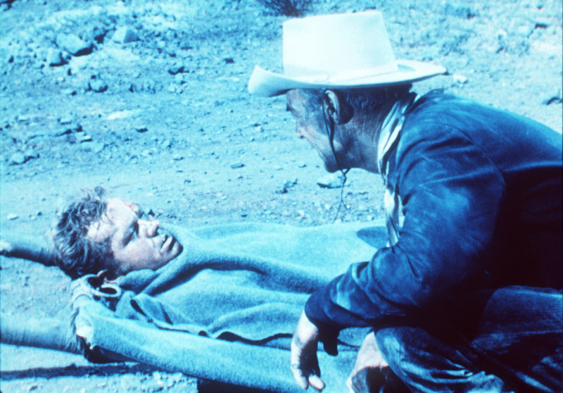 Bei einem Überfall wird Mike (Bill Williams, l.) so schwer verletzt, dass ihm sein Freund Jim (Randolph Scott, r.) in einer Notoperation einen Arm amputieren muss ... – Bild: 20th Century Fox Film Corporation Lizenzbild frei