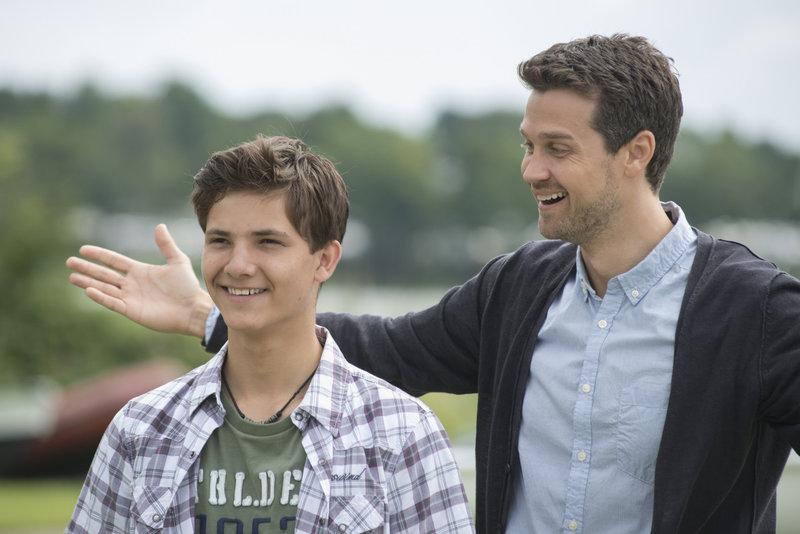 Jan (Wayne Carpendale, r.) freut sich, dass die Überraschung für Florian (Niklas Tschernich, l.) gelungen ist. – Bild: ZDF und Christine Schroeder