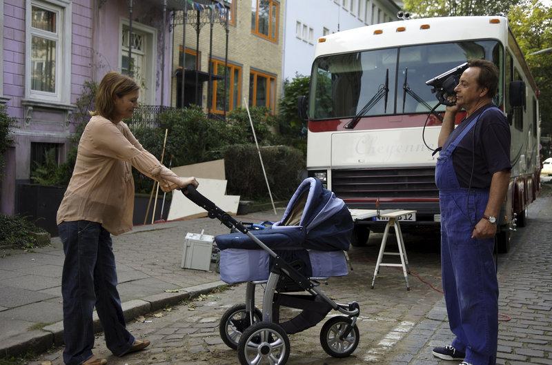 Die schwangere Martha (Suzanne von Borsody) hat einen superteuren Kinderwagen erstanden. Ehemann Richard (Wolfgang Stumph, r.) bastelt tapfer an seinem neuen Wohnmobil. Aus den erträumen langen Reisen wird wohl erstmal nichts werden. – Bild: ZDF und Maria Krumwiede