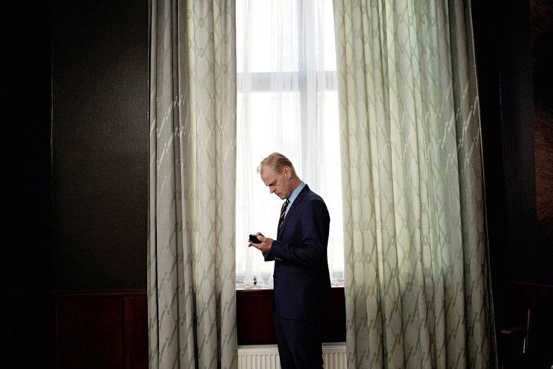 Frederik (Carsten Bjørnlund) ist sich sicher, dass er den Erbstreit gegen seine Halbschwester Signe vor Gericht gewinnen wird. – Bild: arte