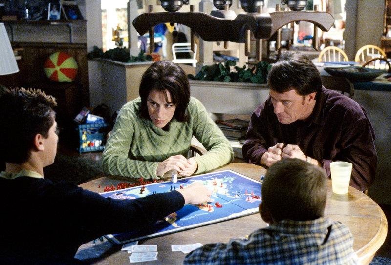 Lois (Jane Kaczmarek, mi.) und Hal (Bryan Cranston, re.) entwickeln beim Spieleabend mit den Kindern etwas zu großen Ehrgeiz. – Bild: ORF eins