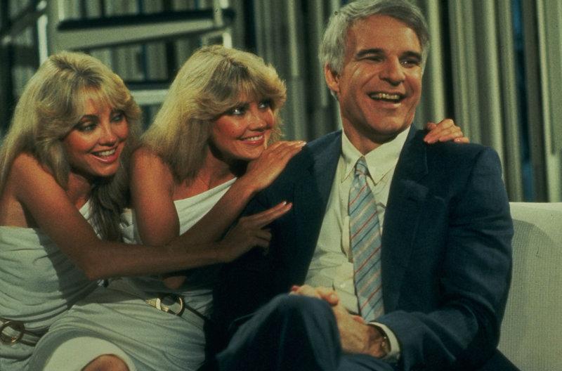 Single Larry (Steve Martin, r.) schreibt einen Roman über und für männliche Singles - und ist plötzlich bei den Damen heiß begehrt ... – Bild: 1984 Universal Studios ALL RIGHTS RESERVED. Lizenzbild frei