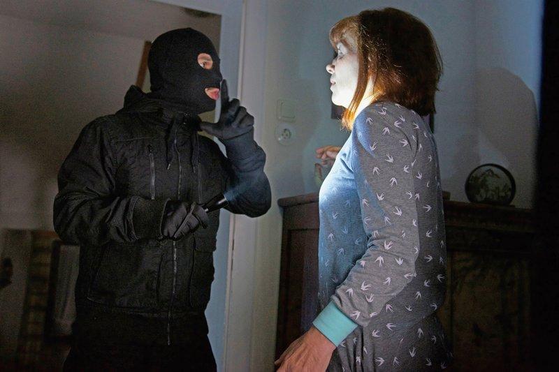 Brutaler Überfall in einem Einfamilienhaus. Die Täter überraschen die Opfer im Schlaf. Sie erhoffen sich große Beute. – Bild: ZDF und SaskiaPavekP.