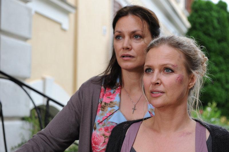 Auf Katrin (Katharina Böhm, re) wurde ein Mordanschlag verübt. Hat ihre Schwester Manuela (Maja Maranow, li) etwas damit zu tun? – Bild: ZDF und kerstin stelter