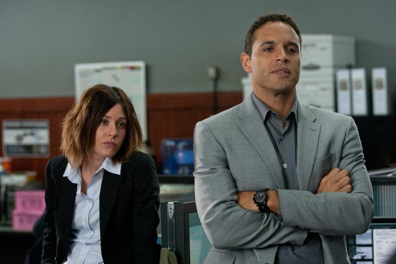 Sergeant Powers (Daniel Sunjata) und Detective Erica Lonsdale (Katherine Moennig) halten Jills Sorge um ihre Schwester für übertrieben und unnötig. – Bild: ZDF und Saeed Adyani