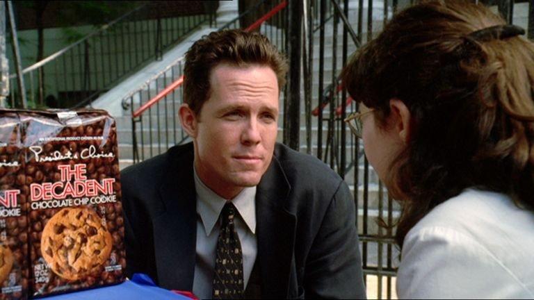 Detective Brian Cassidy (Dean Winters) unterhält sich mit einem Mädchen (Darstellername nicht zu ermitteln). Hat sie den getöteten Jungen gekannt? – Bild: TVNOWX/VP/MP