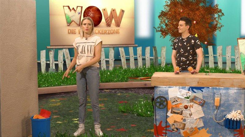 Vanessa fordert Marc zu einer kleinen Gleichgewichtschallenge auf und erklärt, wie unterschiedlich das Gleichgewicht bei Frauen und Männern verteilt ist. – Bild: SUPER RTL