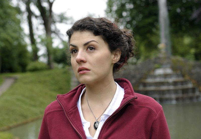 Pauline (Liza Tzschirner) glaubt, dass Leonard schwer krank ist und bald sterben muss. – Bild: ARD/Jacqueline Krause-Burberg