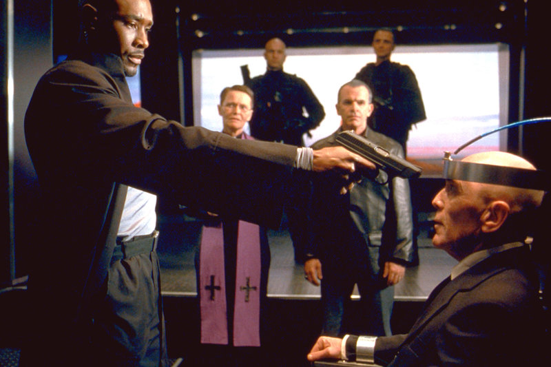 """In der Todeszelle wartet der geläuterte Gangster Lester (Bruce Weitz, r.) auf seine Hinrichtung. Er ist der einzige, der Kenntnis vom Versteck der 200 Mio. Dollar-Beute seines letzten Überfalles hat. Am Tag der Hinrichtung schleust der brutale Donny (Morris Chestnut, l.) und seine """"49er""""-Gang ins Alcatraz ein, um diesen zu zwingen, das Versteck zu verraten ... – Bild: 2003 Sony Pictures Television International. All Rights Reserved. Lizenzbild frei"""