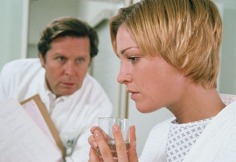 Die Studentin Sylvia (Julia Stinshoff) ist schwanger. Bei einer Untersuchung durch Dr. Stefan Frank (Sigmar Solbach) stellt sich heraus, dass sie an Multiple Sklerose leidet. – Bild: RTLplus