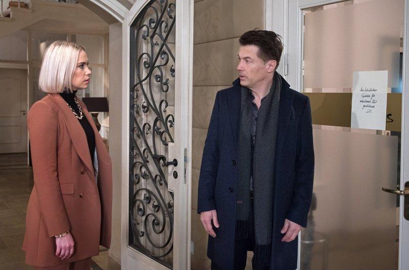 Amelie (Lara-Isabelle Rentinck, l.) ist der Meinung, dass Gregor (Wolfram Grandezka, r.) den Streit mit Alex schnell beilegen sollte, um dem Hotel nicht zu schaden. – Bild: ARD/Nicole Manthey