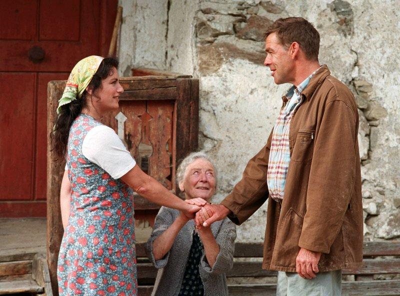 Leni Wallner (Julia Gschnitzer, Mitte) gibt der Liebe zwischen ihrem Sohn Johannes (Sascha Hehn) und Anna (Christine Neubauer) ihren Segen. – Bild: ARD Degeto/Marco Orlando Pichler