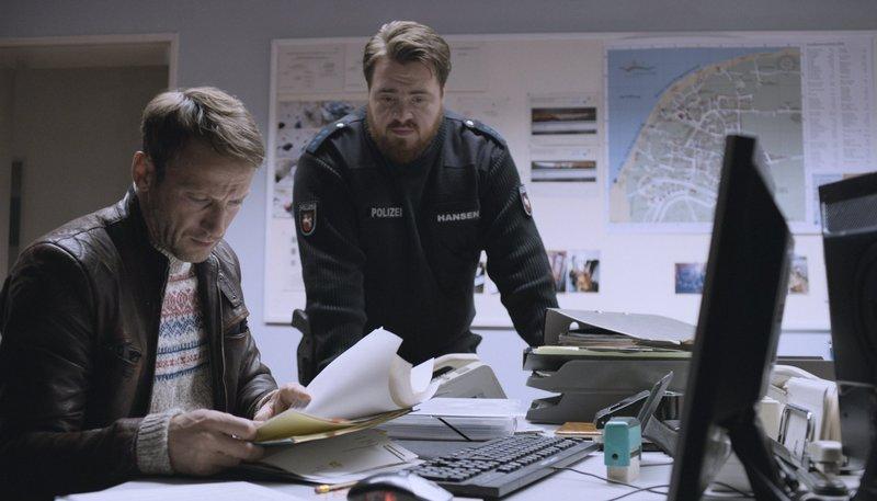 Thorsten Falke (Wotan Wilke Möhring) und Polizeiobermeister Hansen (Tristan Seith) – Bild: NDR/Boris Laewen