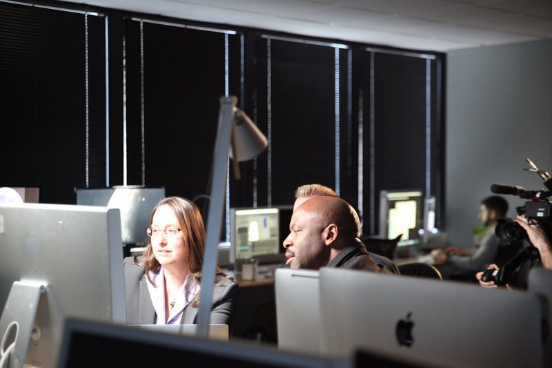 Leland Melvin looks at images of the moon with Alycia Weinberger. – Bild: Discovery Communications, LLC