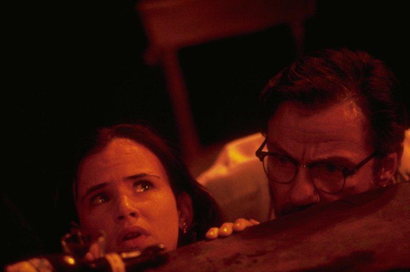 Der Ex-Prediger Jacob Fuller (Harvey Keitel, r.) und seine Tochter Kate (Juliette Lewis, l.) werden von zwei Bankräubern als Geiseln genommen und finden sich schließlich inmitten unzähliger blutdurstiger Vampire wieder ... – Bild: 1995 Miramax, LLC . All Rights Reserved. Lizenzbild frei