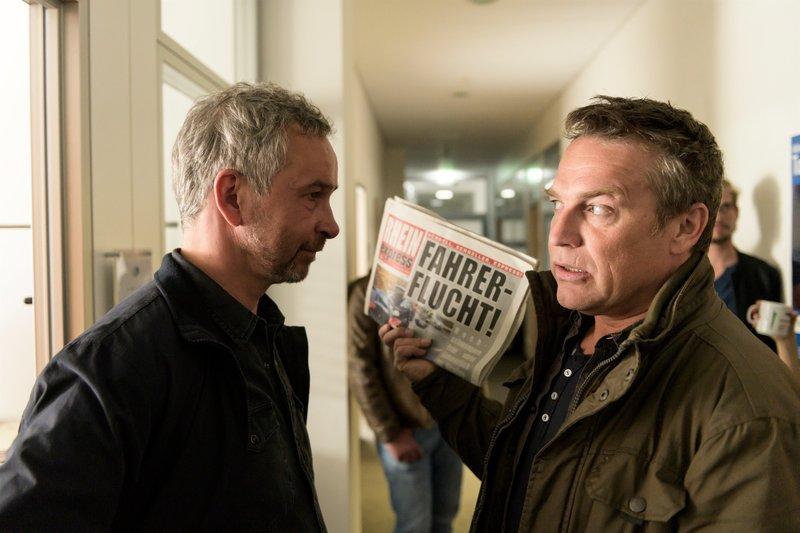 Matti Wagner (Pierre Besson, r.) fühlt sich von seinem Freund Rupert Klein (Thomas Dannemann, l.) verraten und fordert eine Erklärung. – Bild: ZDF und Martin Valentin Menke.