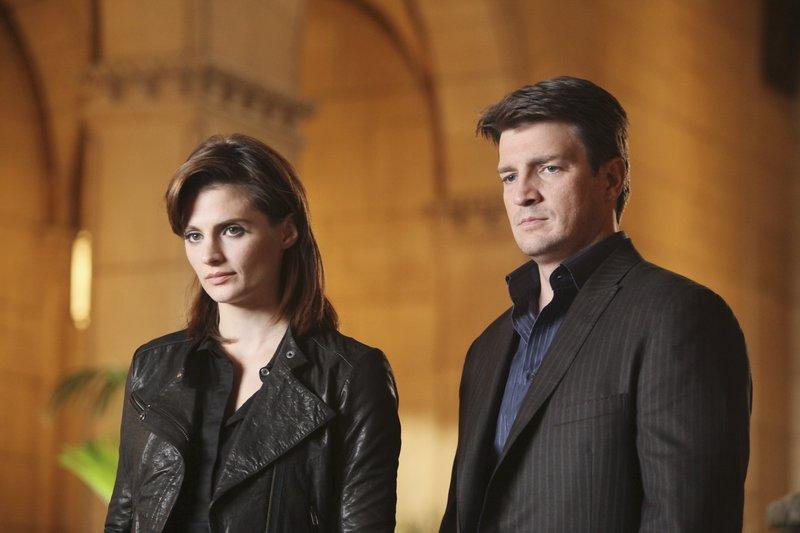Verfolgen Richard Castle (Nathan Fillion, r.) und Kate Beckett (Stana Katic, l.) wirklich die richtige Spur, oder sind sie auf dem Holzweg? – Bild: ABC Studios Lizenzbild frei
