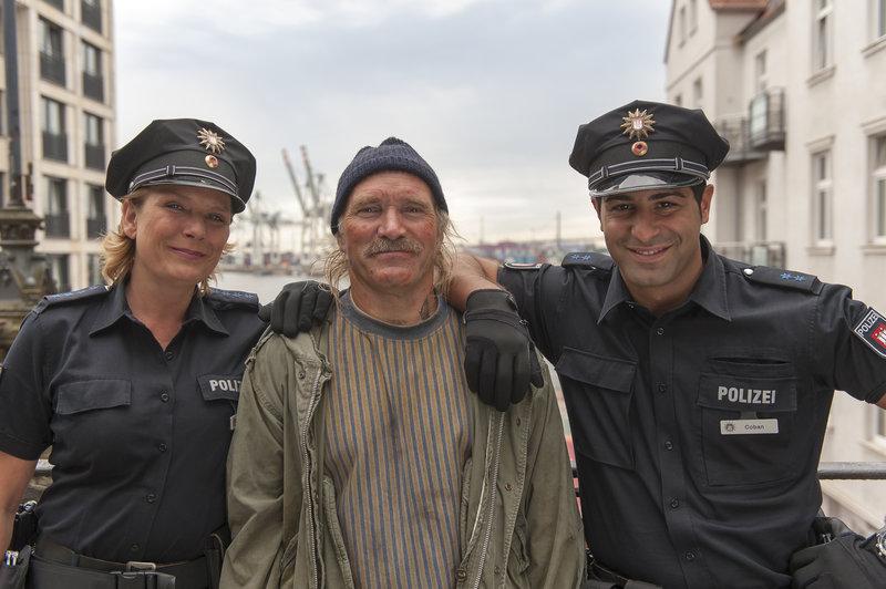 Konny Reimann bei der Hafenkante mit Janette Rauch und Serhat Cokgezen. – Bild: ZDF und Boris Laewen