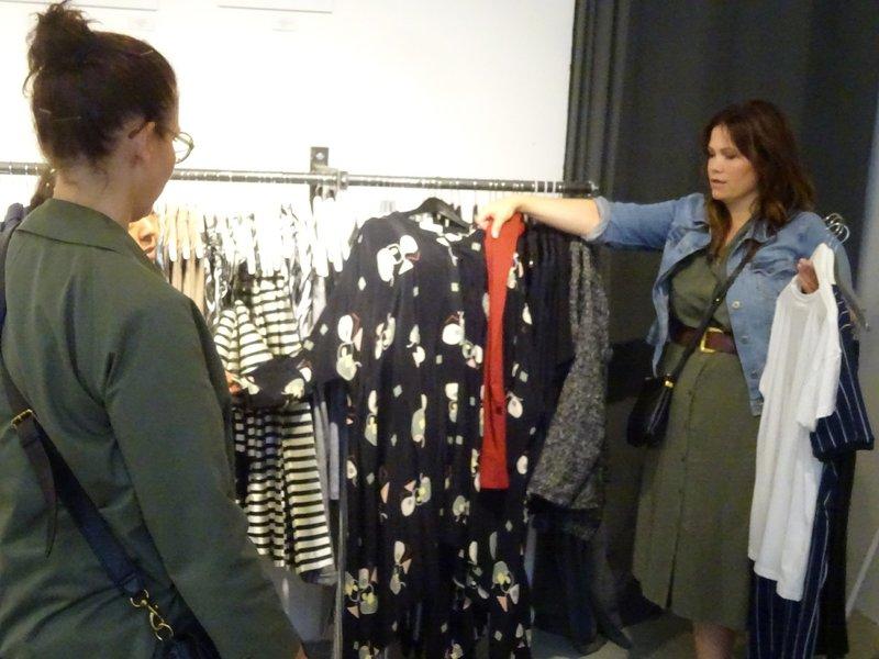 Kandidatin Christine und Shoppingbegleitung Sandra (r.) – Bild: TVNOW / Constantin Ent.