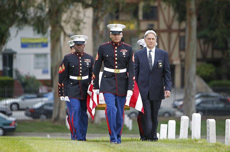 Gibbs (Mark Harmon, r.) nimmt Abschied von Mike Franks ... – Bild: CBS Entertainment / Cliff Lipson