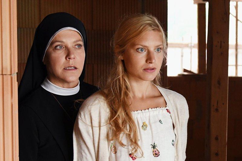 Um Himmels Willen Staffel 18 Folge 1 (Fortlaufende Ep.-Nr: 222) Zwei Frauen: Janina Hartwig als Schwester Hanna, Anna Platen als Jessy Rainer. Copyright: SRF/ARD – Bild: SRF/ARD