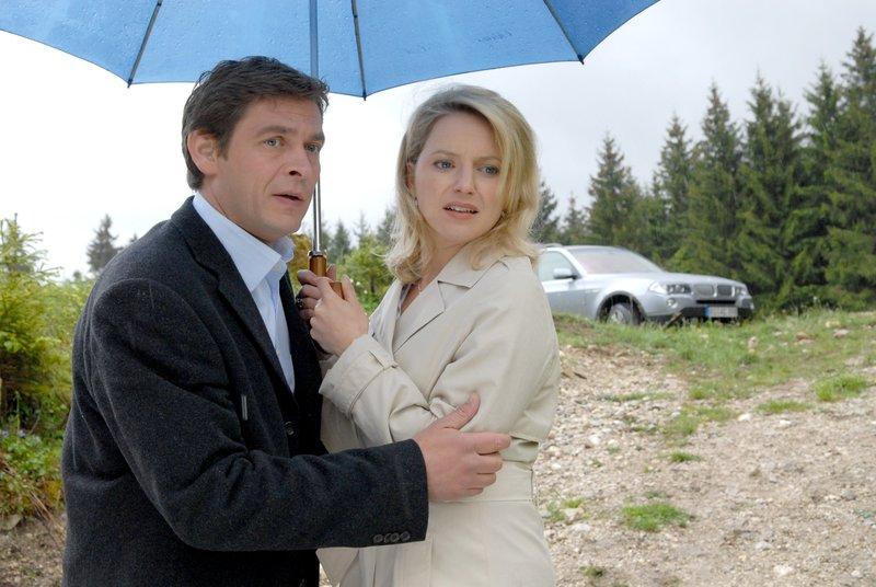 Rosenheim-Cop Christian Lind (Tom Mikulla) kümmert sich offensichtlich gerne um Patrizia Ortmann (Diana Staehly), denn von der neuen Controlerin lässt er sich allzu gerne auf die Finger schauen. – Bild: ORF 2