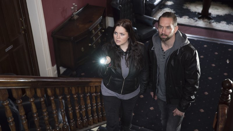 Katrina Weidman and Nick Groff inside The Park Hotel. – Bild: Quest Red / Groff Entertainment / Discovery Communications