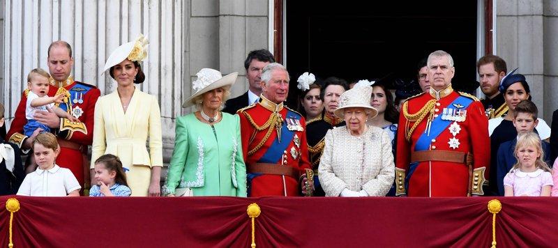Die gesamte britische Königsfamilie auf dem Balkon von Buckingham Palace. – Bild: ZDF und imago images / pa images.