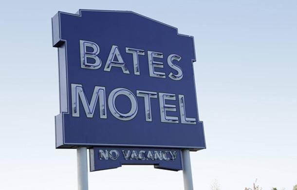 Norman contemple une possible vie hors de White Pine Bay. Emma et Dylan se rapprochent l'un de l'autre tout en aidant Norman. – Bild: 2013 NBC Universal