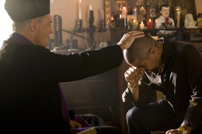 Nach einer blutigen Schießerei wendet sich der unberechenbare und machthungrige Pelon (Esai Morales, r.) an Padre Antonio (Armand Assante, l.). – Bild: ZDF und Greg Gayne