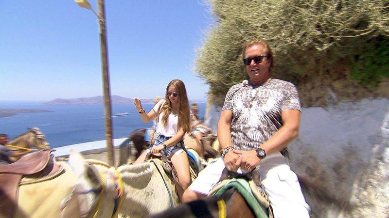Auf der Insel Santorini lässt sich Familie Geiss auf dem Rücken von Eseln in die Stadt bringenAuf der Insel Santorini lässt sich Familie Geiss auf dem RĂĽcken von Eseln in die Stadt bringen – Bild: RTL II