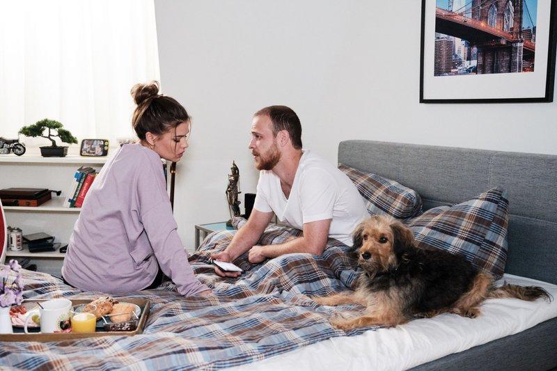Vivien (Sharon Berlinghoff) bestärkt Tobias (Patrick Müller) darin, sich von Evas Ultimatum nicht entmutigen zu lassen. – Bild: TVNOW / Stefan Behrens