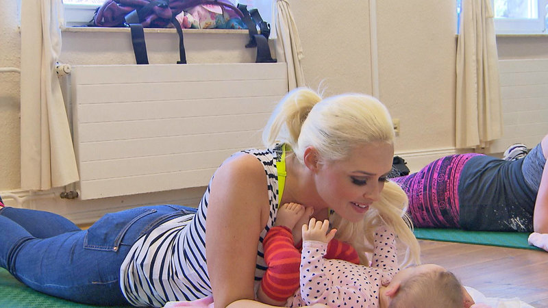 Daniela mit Töchterchen Sophia beim Turnen – Bild: RTL II