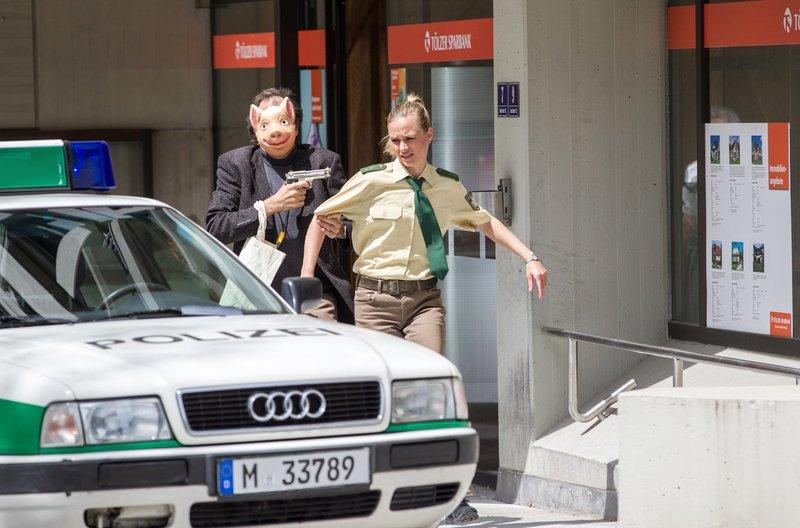 Staller (Helmfried von Lüttichau, l.) stellt mit Sonja (Annett Fleischer, r.) eine Geiselnahme nach. – Bild: ARD/TMG/Chris Hirschhäuser