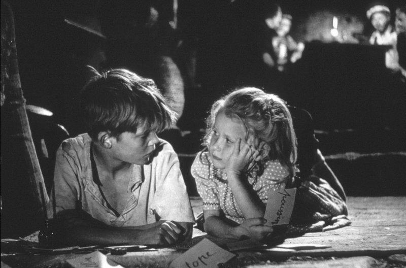 Bei einem Tieffliegerangriff der Deutschen kommen die Eltern der fünfjährigen Paulette (Brigitte Fossey) und ihr kleiner Hund ums Leben. Ziellos durchstreift das Mädchen die Gegend, bis es auf den elfjährigen Bauernsohn Michel (Georges Poujouly) trifft. – Bild: arte