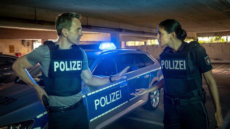 Pinar (Aybi Era, r.) darf am Einsatz nicht teilnehmen, da ihr Bruder beteiligt sein könnte. LKA-Mann Renner (Michael Ehnert) will sie als Back-up. – Bild: ZDF und Boris Laewen (bola).
