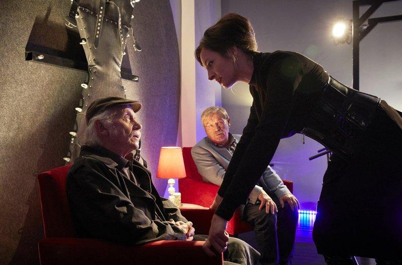 Der ermordete Banker war häufiger Gast im Domina-Studio von Lady Fire (Dagny Dewath, r.) - Edin Bremer (Tilo Prückner, l.) und Günter Hoffmann (Wolfgang Winkler, im HG) ermitteln. – Bild: ARD/Kai Schulz