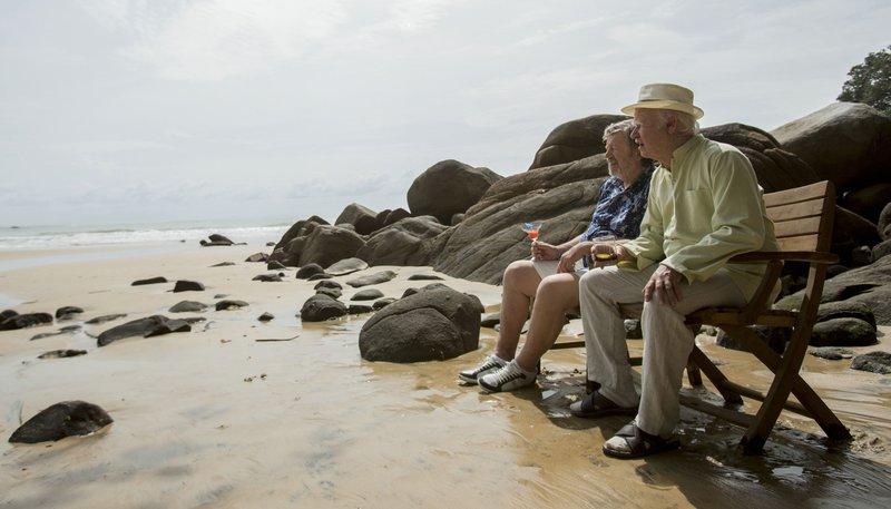 Allan Karlsson (Robert Gustafsson, re.) und Julius (Iwar Wiklander) am Strand von Bali. – Bild: ARD Degeto/Concorde Filmverleih