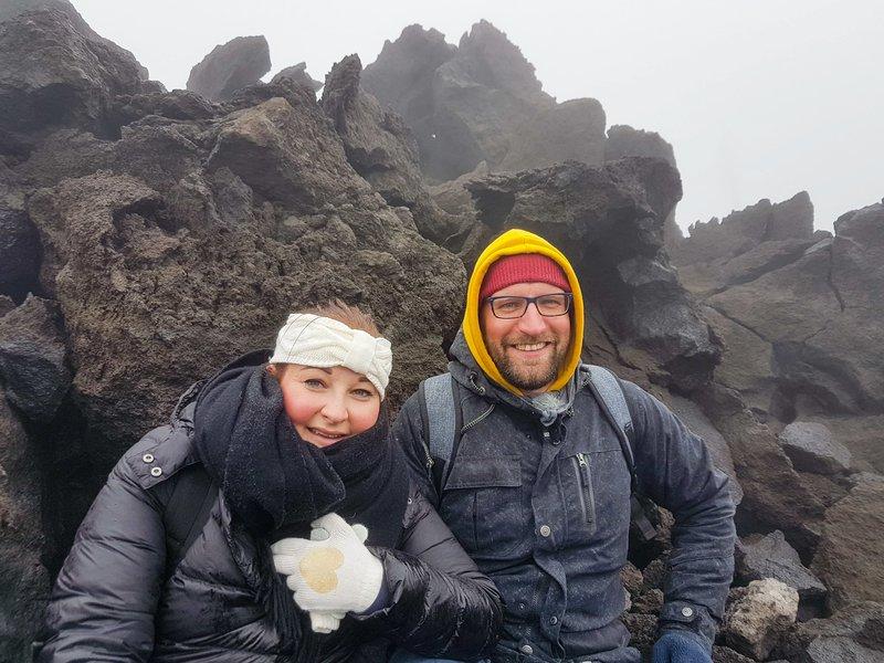 Das Passagierpaar Maurice Roth und Madlin Dietzmann will sich heute einen Traum erfüllen und einen Vulkan erklimmen. Sie machen eine Tour zum Ätna. Auf 2.500 Metern Höhe weht ein eisiger Wind und die Sicht ist schlecht. Außerdem birgt ein aktiver Vulkan noch andere Gefahren, denen man sich ohne Vulkanführer nicht aussetzen sollte. – Bild: Bewegte Zeiten Filmproduktion GmbH/BR/Madlin Dietzmann und Maurice Rot