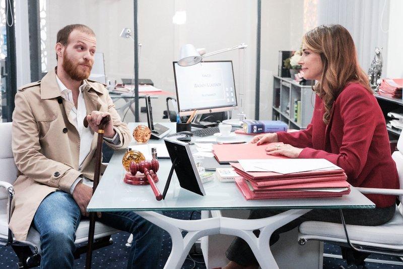 Tobias (Patrick Müller) ist erleichtert, als sich im Gespräch mit Eva (Claudelle Deckert) tatsächlich alles zum Guten zu wenden scheint. – Bild: TVNOW / Stefan Behrens
