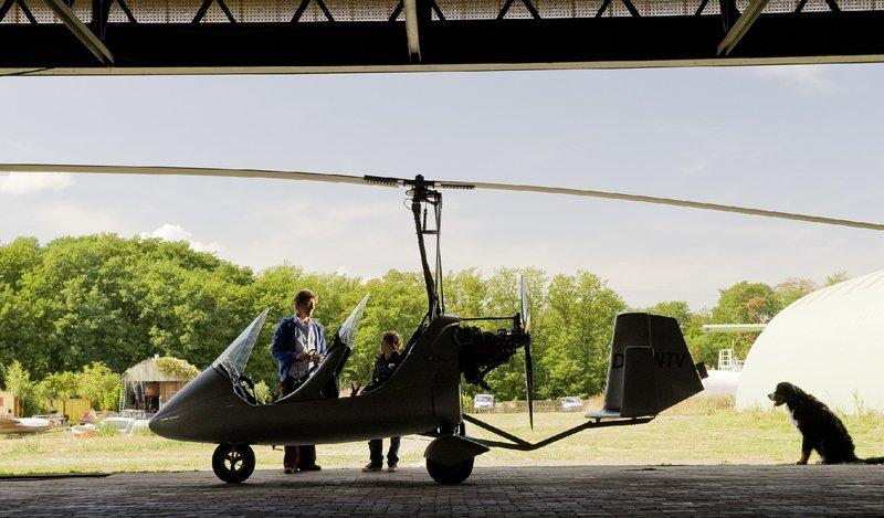 Ein Rundflug über Bärstadt ist der Hauptpreis. Doch es kann nur einer mitfliegen. Fritz (Guido Hammesfahr, li.) oder Yunus (Jannis Michel)? – Bild: ZDF/Antje Dittmann