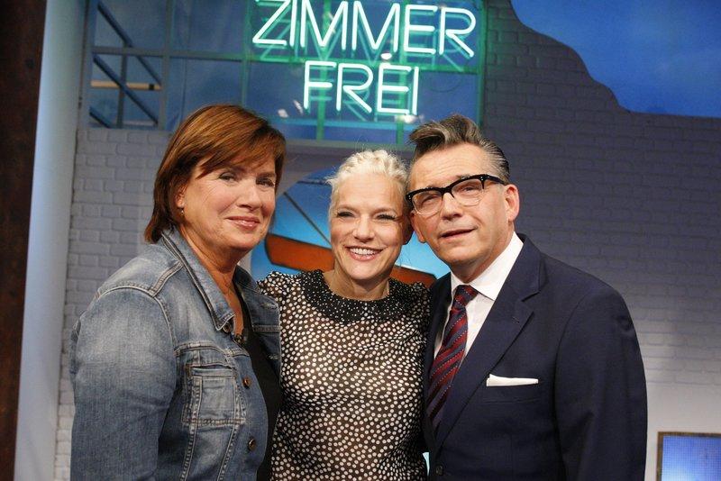 Christine Westermann (l) und Götz Alsmann mit ihrem WG-Gast Ina Müller. – Bild: WDR/Dietmar Seip