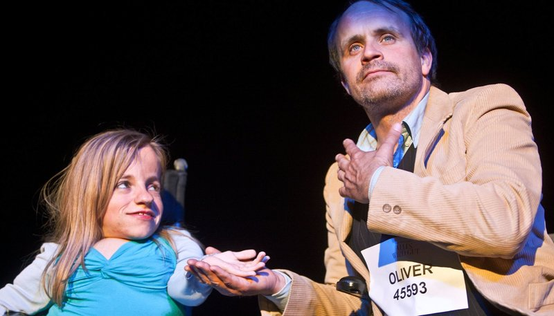 Jana mit Oliver auf der Bühne. – Bild: WDR/Niko von Glasow/Palladiofilm
