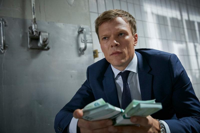 Jürgen Wegert (Sebastian Hülk) übernimmt die Geldübergabe. – Bild: ZDF und Guido Engels