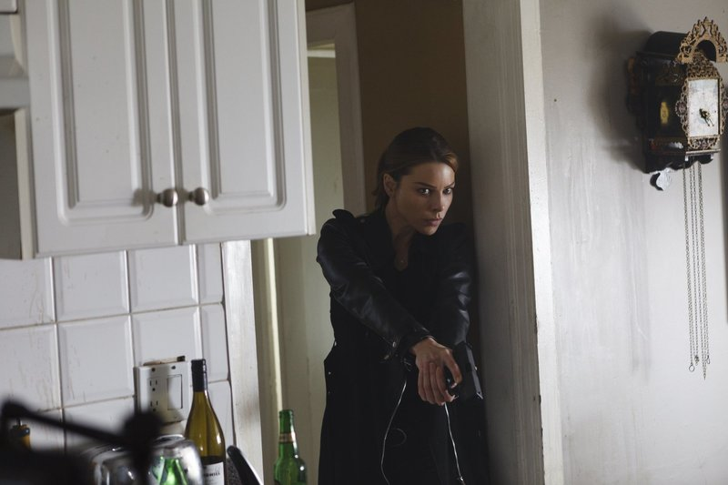 Während sich Maze und Amenadiel zusammenschließen, muss sich Chloe (Lauren German) mit Lucifers plötzlicher Sehnsucht nach Gefahr auseinandersetzen ... – Bild: 2016 Warner Brothers Lizenzbild frei